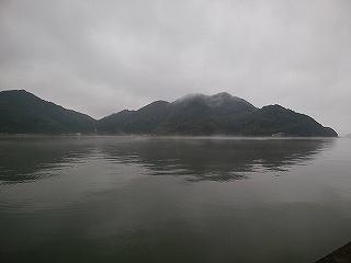 川之石湾の朝霧